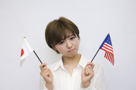 bandera japon: Joven japonés celebración de bandera y bandera americana Foto de archivo