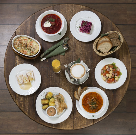 negocios comida: Varias opciones para el almuerzo de negocios en un estilo provincial