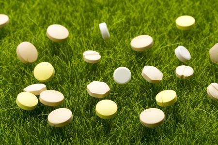 pilule: Vaus pastillas de colores dispersos en la hierba