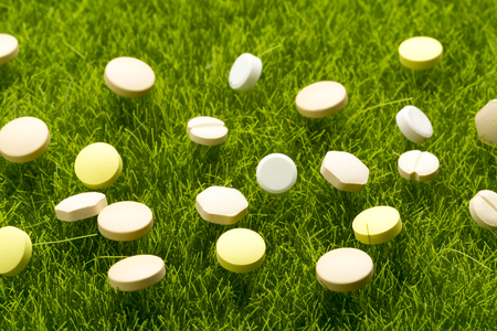 pilule: Various colorful pills on the green grass
