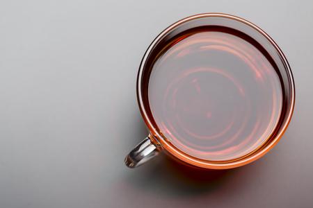 Tasse schwarzen Tee auf schwarzem Hintergrund