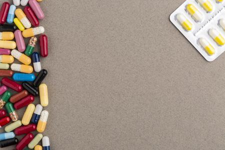 autocuidado: Decorar frontera a partir de cápsulas de colores Vaus y paquete de píldoras de la ampolla