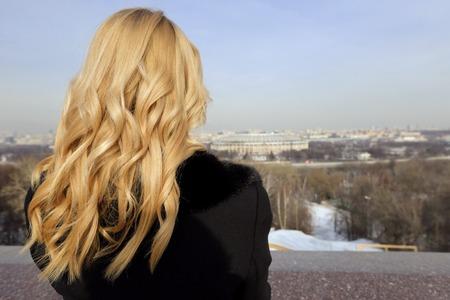 capelli biondi: La ragazza bionda sul ponte di osservazione a Mosca in inverno Archivio Fotografico
