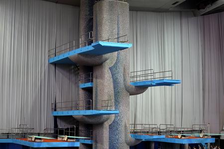 springboard: Moscú, Rusia - 1 abril 2016: trampolín de saltos de agua en el complejo deportivo Olímpico