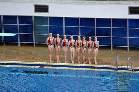 MOSKOU, RUSLAND - 1 april 2016: Women's Championship teams in gesynchroniseerd zwemmen in het overdekte zwembad Stockfoto - 55274097
