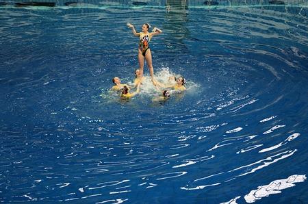 MOSKOU, RUSLAND - 1 april 2016: Women's Championship teams in gesynchroniseerd zwemmen in het overdekte zwembad Stockfoto - 55274085