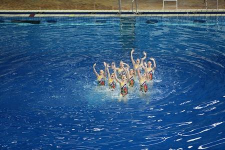 natación sincronizada: Moscú, Rusia - 1 abril 2016: Los equipos femeninos del Campeonato de natación sincronizada en la piscina cubierta