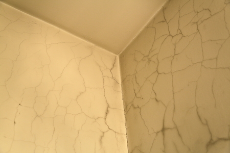 overhaul: Old walls and ceiling in the cracks before overhaul in living room