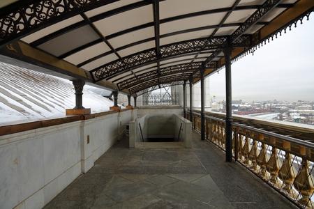 bajando escaleras: Stone stairs with metal railings under the roof Foto de archivo