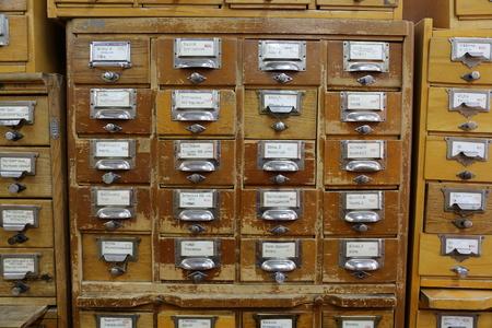 Holzschränke Zum Katalogisieren Von Büchern In Der Bibliothek ...
