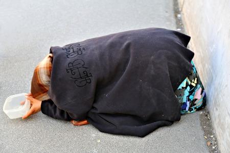Mujeres refugiadas mendigando en la gran calle de la ciudad