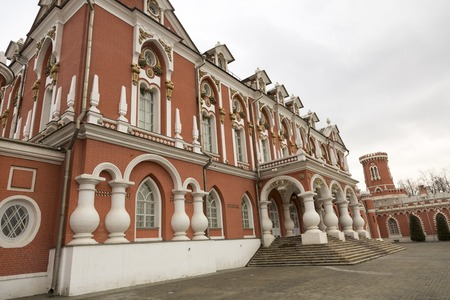 palacio ruso: MOSCOW, RUSSIA - MARCH 3, 2017: Built in the 18th century, Petroff Palace is a gem of Russian architecture, located in the modern downtown of Moscow. Part of the facade of the palace ensemble