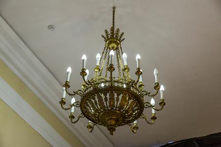 複数の明るいランプと古い鍛造シャンデリア 写真素材
