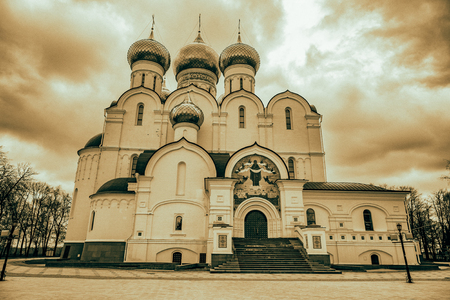 sobor: YAROSLAVL, RUSSIA - APRIL 27, 2017: Cathedral of the Assumption. Built in 1215. Unique architectural decoration and heritage of the city Editorial