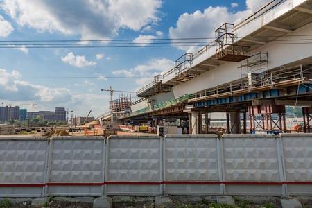 Large-scale construction of a massive transport bridge on a summer day 版權商用圖片