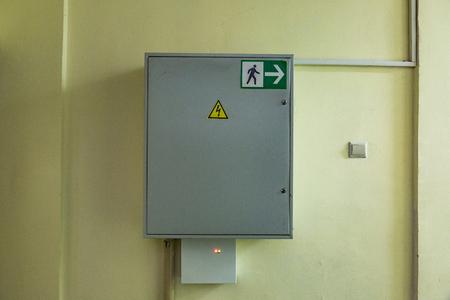 Le signe triangulaire jaune du danger de choc électrique Banque d'images - 88494678