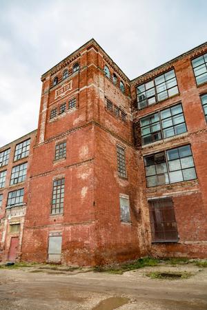 Edificio industrial abandonado y abandonado de principios del siglo XX