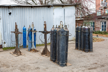 Filas de viejos cilindros de gas sucios con válvulas Foto de archivo - 89989070