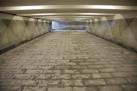 灰色の花崗岩と大理石が並ぶ地下通路