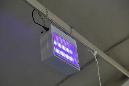 Trampa de rayos ultravioleta para insectos voladores en el taller de producción de alimentos Foto de archivo