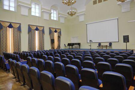 Moskau, Russland - 25. Januar 2020: Konferenzrauminnenraum des nach Vernadsky benannten Staatlichen Geologischen Museums. Gegründet 1755