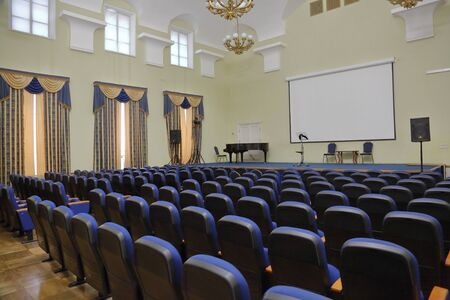 Moskwa, Rosja - 25 stycznia 2020: Wnętrze sali konferencyjnej Państwowego Muzeum Geologicznego im. Wernadskiego. Założona w 1755