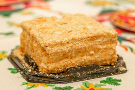 Layered cake Napoleon according to the French recipe. Made at home with crispy baked goods, butter cream and pastry crumbs Standard-Bild