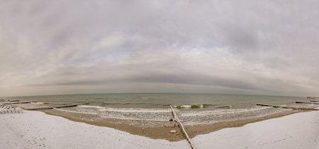 Winter seascape with Baltic Sea waters, horizon and cloudy sky in Kaliningrad region, Russia Foto de archivo