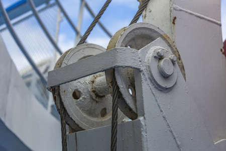 Durable iron winch on the ship for lifting and lowering boats into the water Standard-Bild
