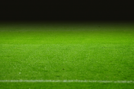 pasto sintetico: El campo de fútbol con gradiente de negro Foto de archivo