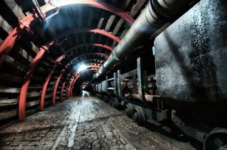 パスを持つ鉱山トンネル 写真素材