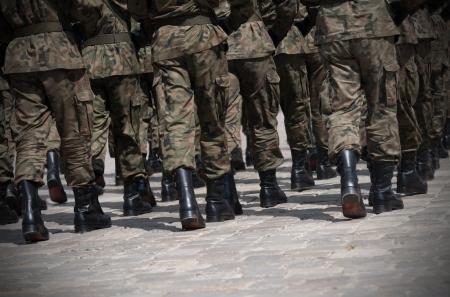 Soldaten marcheren in formatie