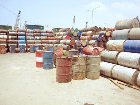 residuos toxicos: Varios barriles de desechos t�xicos en el basurero