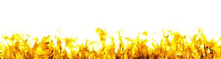 白い背景の上の火の炎