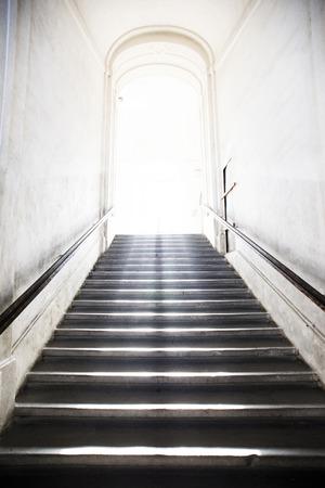 to hell: t�nel escalera que sube a la luz
