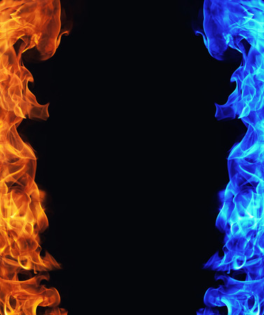 黒い背景に赤と青の火災