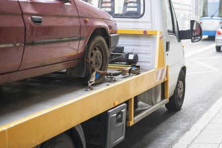 ciężarówka: Ciężarówka pomoc drogowa holowanie samochodu w mieście Zdjęcie Seryjne