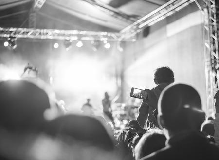 multitud gente: Los partidarios de grabación en el concierto, blanco y negro, el ruido