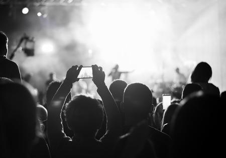 concierto de rock: Los partidarios de grabación en el concierto, blanco y negro, el ruido
