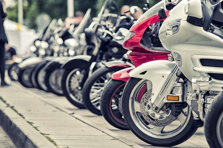 Row von Motorrädern geparkt auf einer Straße Standard-Bild