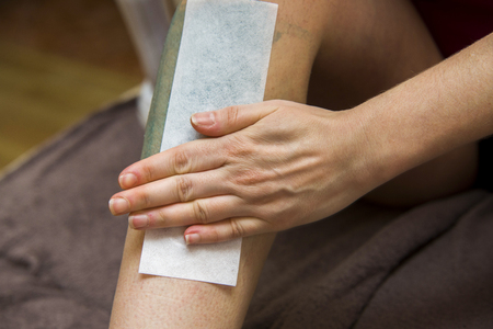AFICIONADOS: Mujer que consigue las piernas de aficionados para la depilación con cera en casa