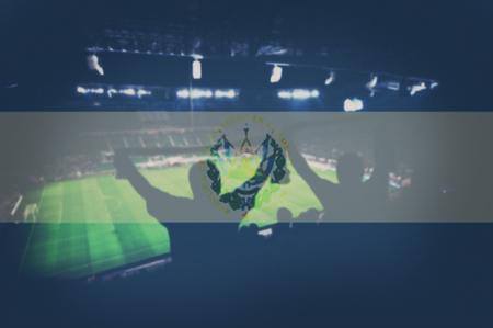 bandera de el salvador: el estadio de deportes con los ventiladores y la mezcla de la bandera de El Salvador Foto de archivo