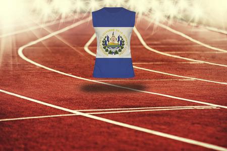 bandera de el salvador: pista roja con líneas y la bandera de El Salvador en la camisa Foto de archivo