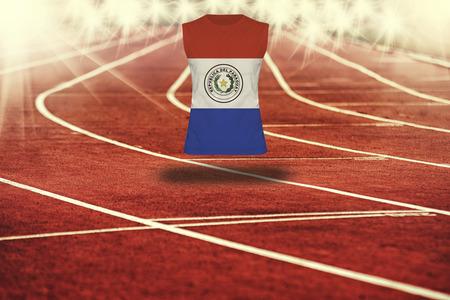 bandera de paraguay: pista roja con l�neas y la bandera de Paraguay en la camisa Foto de archivo