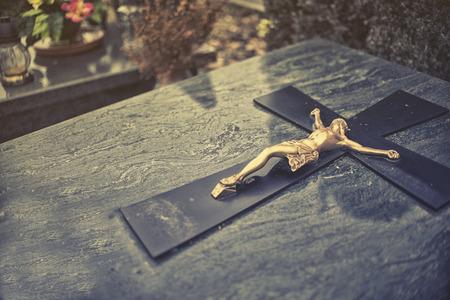 arrepentimiento: de cerca sobre cruz en la tumba, efecto de la vendimia