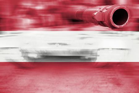 tanque de guerra: tanque de guerra con el desenfoque de movimiento que mezcla la bandera de Austria