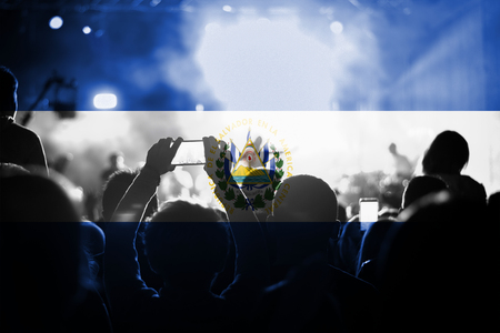 bandera de el salvador: concierto de música en vivo con la mezcla de la bandera de El Salvador en los ventiladores
