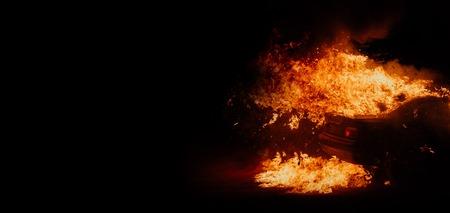 manifestations politiques, voitures incendiées dans la rue
