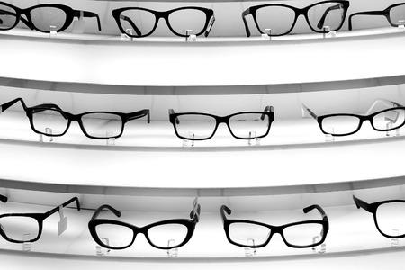 diopter: De pie, con las gafas de dioptr�as en el fondo blanco