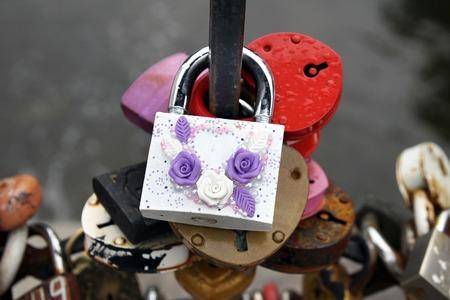 honeymooners: Luna de miel cerraduras con rosas hechas a mano